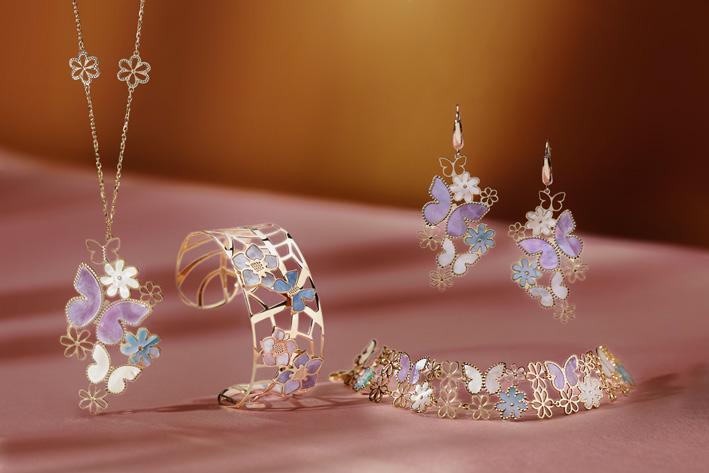 Parure Fiori e farfalle.Collana, bracciale, orecchini e schiava realizzata in oro giallo 18KT. Farfalle e Fiori in oro e madre perla colorata