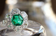 Anello Honeycomb, con diamanti e smeraldo a taglio esagonale