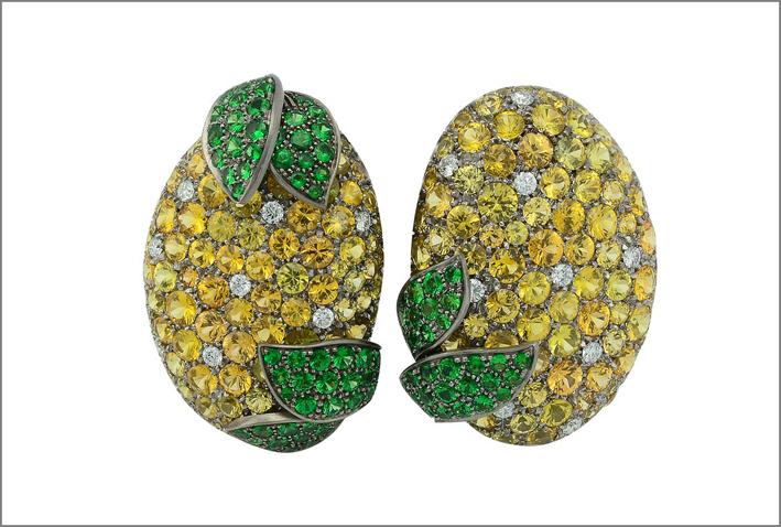Orecchini in titanio con diamanti, zaffiri gialli, tsavorite, oro