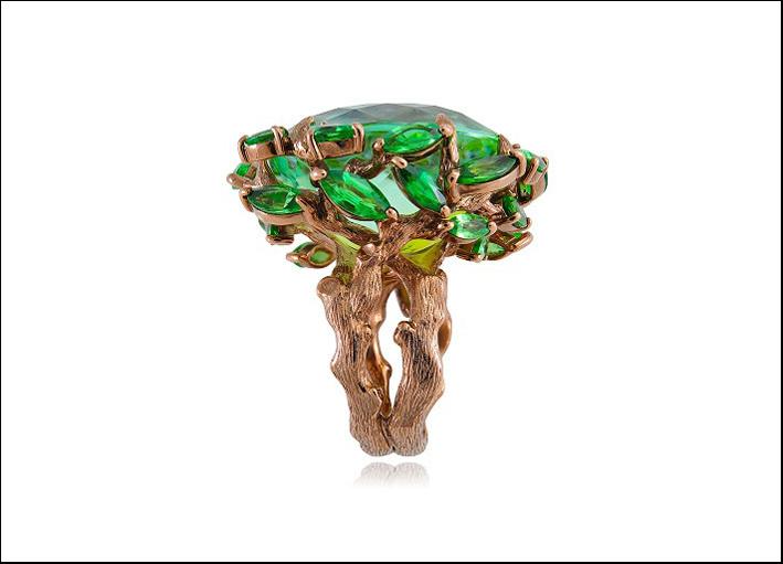 Regina di Saba, anello in oro rodiato marrone con tormalina verde al centro, diamanti brown e tsavoriti