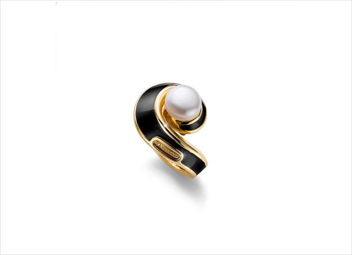 Anello in argento dorato con perla e smalto