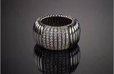 Anello in oro 18 carati e pavé di diamanti che ricopre un'anima interna elastica in acciaio su moduli a molla d'oro