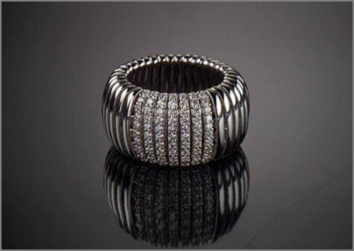 Anello in oro 18 carati che ricopre un'anima interna elastica in acciaio su moduli a molla d'oro