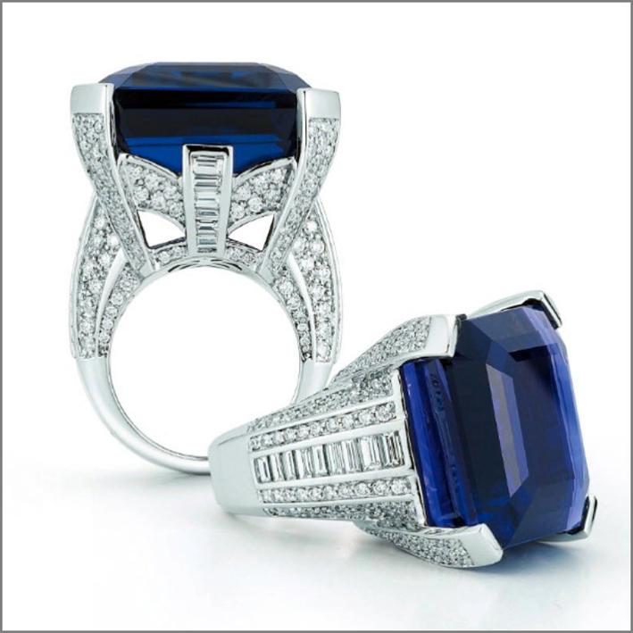 Anello in oro bianco, diamanti, zaffiro