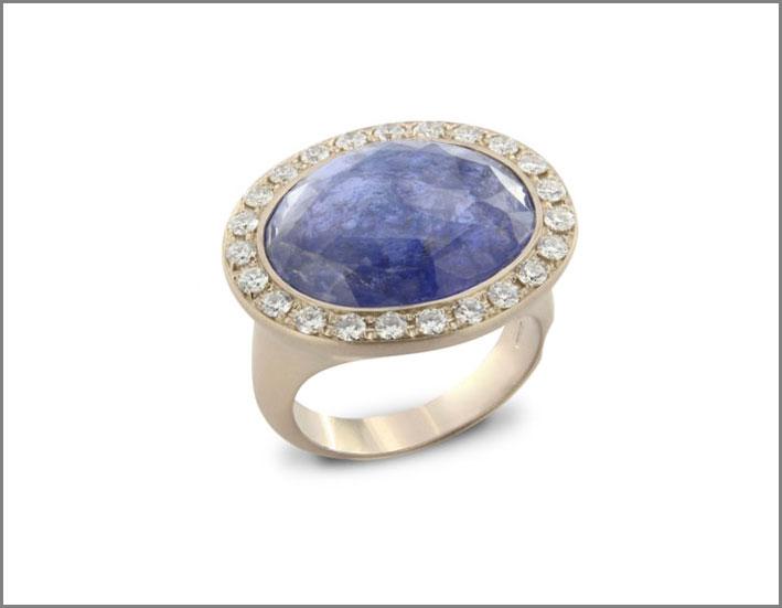 Anello della collezione Indjo, con tanzanite blu sfaccettata e diamanti bianchi su oro bianco satinato