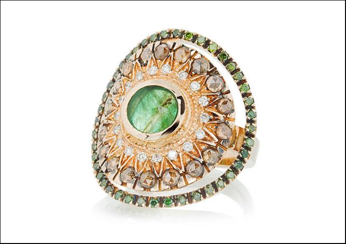 Anello in oro bianco ossidato 18 carati, diamanti verdi, bianchi e brown, smeraldo