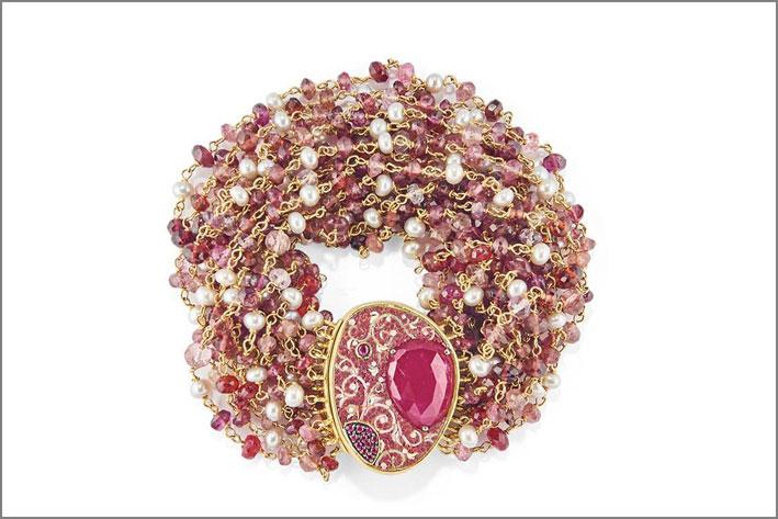 Bracciale in oro 18kt  con rubini, perle, tormaline, spinelli rosa. Realizzato con la tecnica del micromosaico. Prezzo: 9130 euro