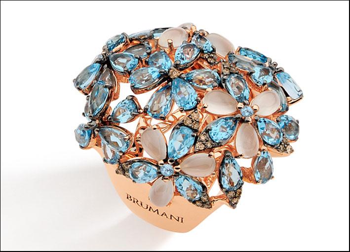Botanica, anello in oro rosa 18 carati con diamanti marroni, pietra di luna cabochon e gocce di topazio azzurro.