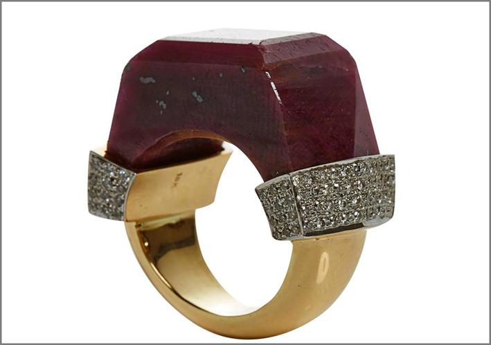 Collezione NeverEnding, anello con pavé di diamanti e quarzo rosso