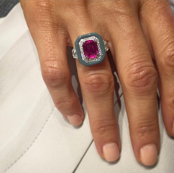 Nikos Koulis, collezione Oui anello in oro bianco con smalto grigio, diamanti e zaffiro rosa. Dall'account Instagram di Nikos Koulis