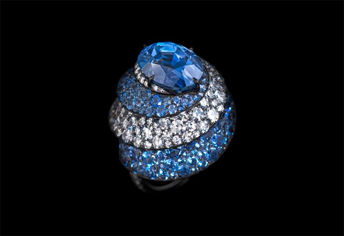 Ribbon ring, con zaffiri, diamanti, oro e argento. Foto: Richard-Valencia
