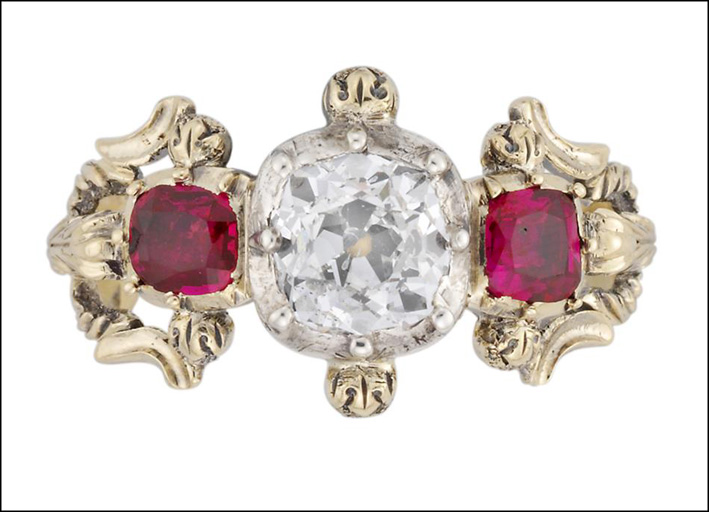 Anello vittoriano con rubino e due diamanti, circa 120 carati. Prezzo: 12.750 sterline