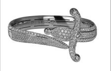 Collier a forma di pugnale arrotolato, oro bianco e diamanti
