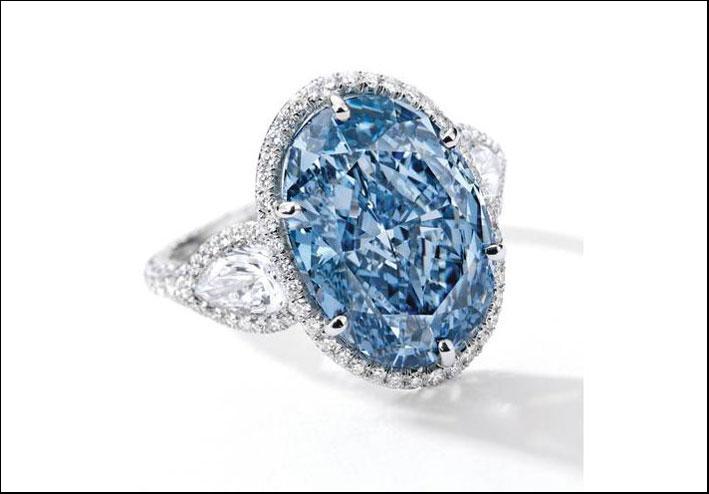 Il diamante blu è montato su un anello con altri diamanti bianchi
