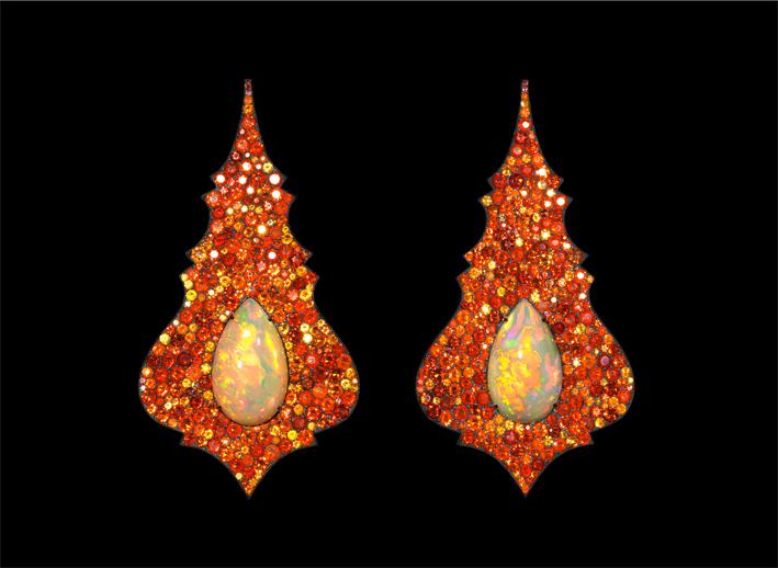 Orecchini con opali di fuoco etiopi, oro e argento. Foto: Richard-Valencia