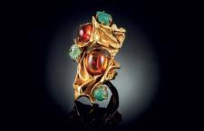 Anello in oro con rubini e smeraldi. Foto di Emanuele Riccio
