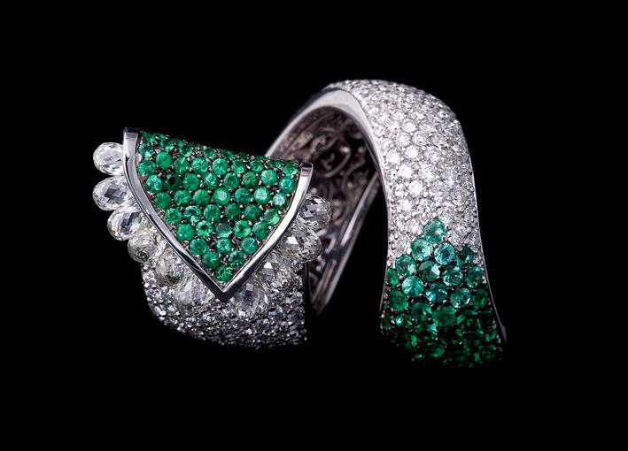 Anello Segesta, oro bianco, diamanti, smeraldi