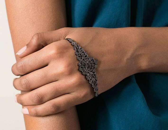 Bracciale Coral Hand indossato