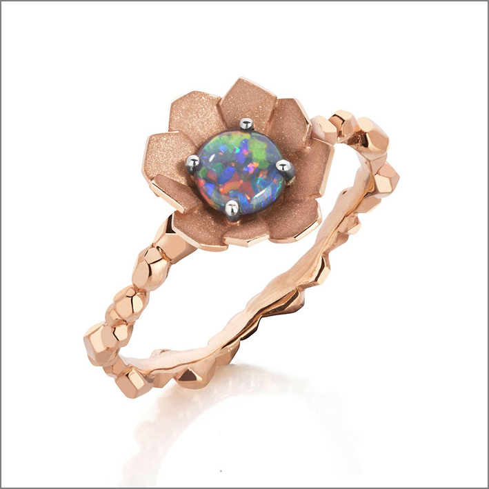 Anello in oro rosa con opale australiano