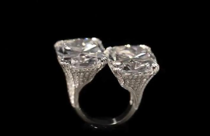 Il doppio anello con diamanti taglio cuscino di Hancocks