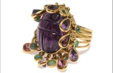Anello scarabeo con smeraldi e zaffiri in lacrime d'oro 18ct.. Prezzo: 2.880 sterline