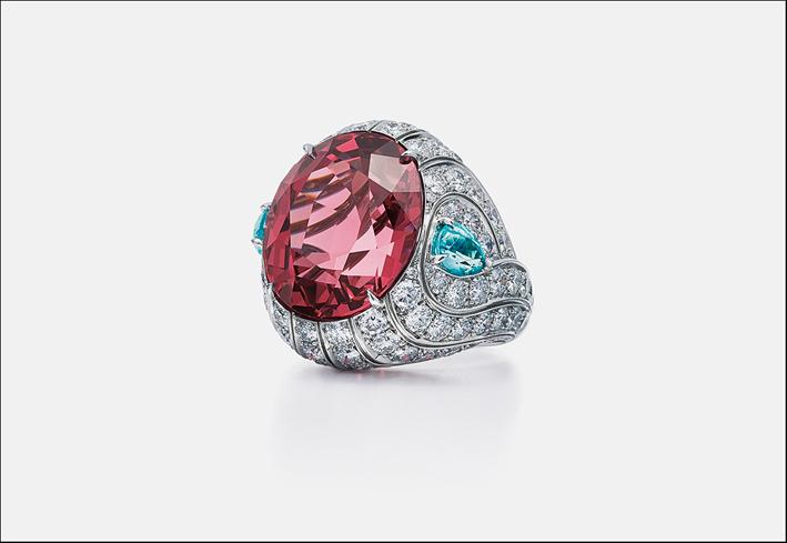 Anello con grande spinello rosa, diamanti e tormalina