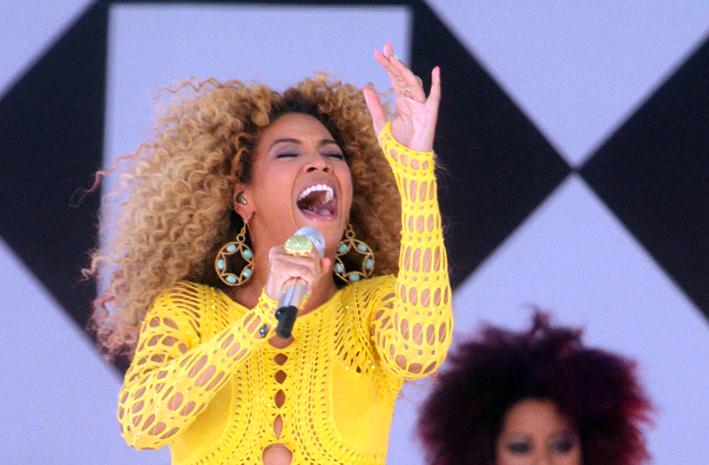 Beyoncé con un grande anello di Lynn Ban
