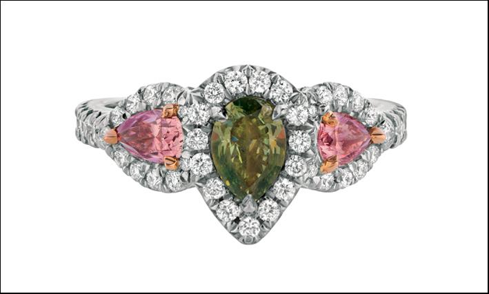 Un raro diamante verde contornato da bianchi e fancy pink