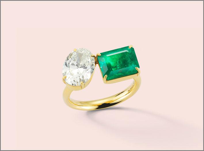 Anello di fidanzamento con diamante ovale e smeraldo