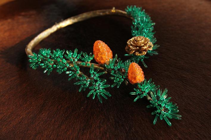 Alessio Boschi, collezione Naturalia: Cedar necklace con diamanti bianchi, marroni e gialli,  smeraldi naturali del Panjshir per 100 carati  e due spessartiti di 72.65 carati complessivi.