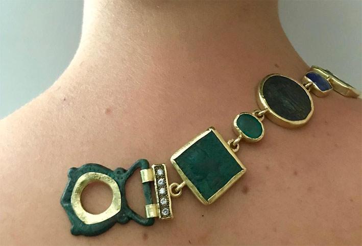 Bracciale in oro con monete antiche, bronzo, diamanti, smeraldo, rubino