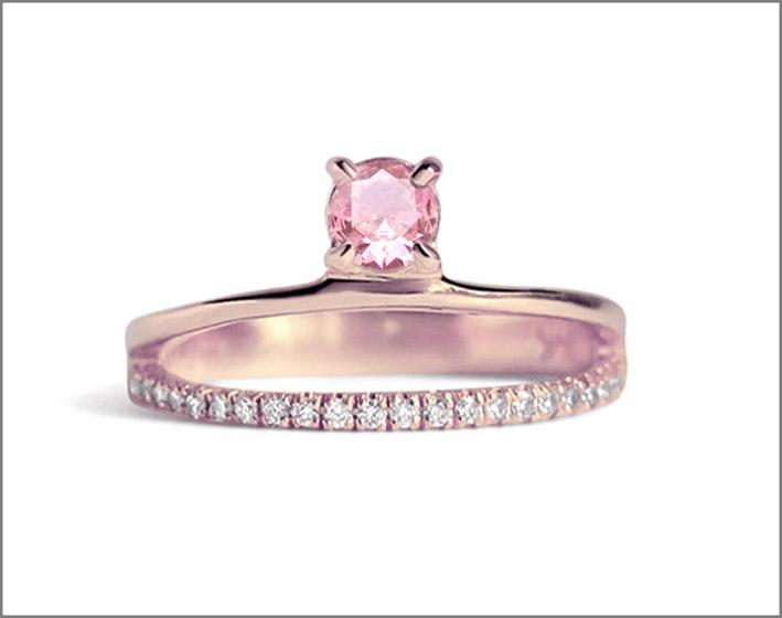 Anello in oro rosa con diamanti e zaffiro rosa