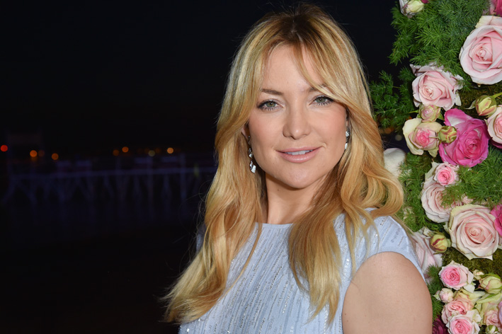 Kate Hudson, Atelier Swarovski Cosmic bag,orecchini in argento, Kalix spiral ring in cristallo moonlight.