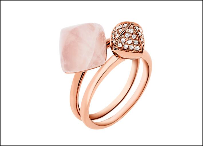 Coppia di anelli  in acciaio Rose Gold IP, uno con quarzo rosa e uno con cristalli. Prezzo: 129 euro