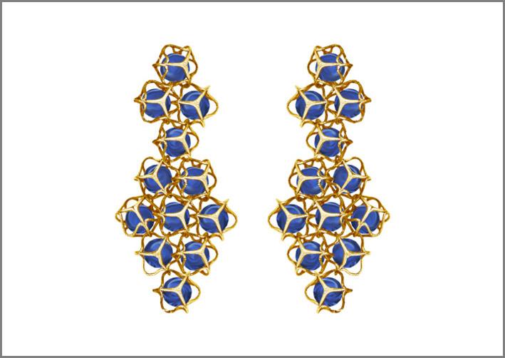 Orecchini della collezione Embrace, oro 18 carati e zaffiri