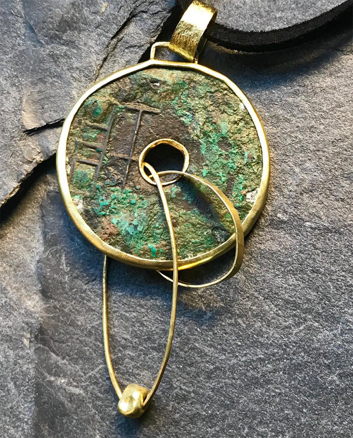 Pendente in oro con antica moneta cinese in bronzo del II secolo AC