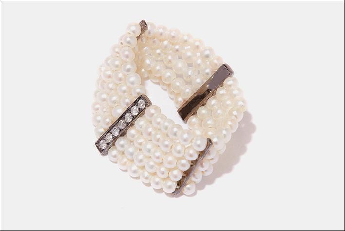 Anello con perle d'acqua dolce, oro nero, diamanti