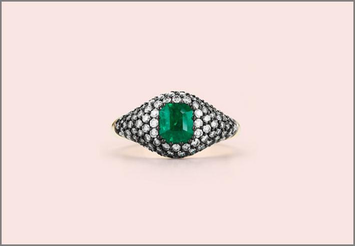 Anello in oro bianco, diamanti e smeraldo. Prezzo: 7350 dollari