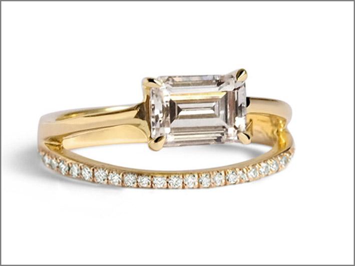 Anello in oro giallo con diamante taglio smeraldo e diamanti pavé