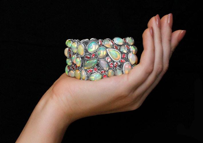 Bracciale con opali, spinelli e diamanti
