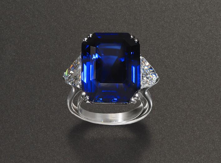 Anello Faraone con zaffiro centrale 24,85 ct circa con due diamanti laterali del peso complessivo di 1,92 ct.. Venduto per 330mila euro