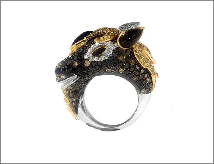 Anello con forma di muso di cavallo con diamanti bianchi, neri e gialli