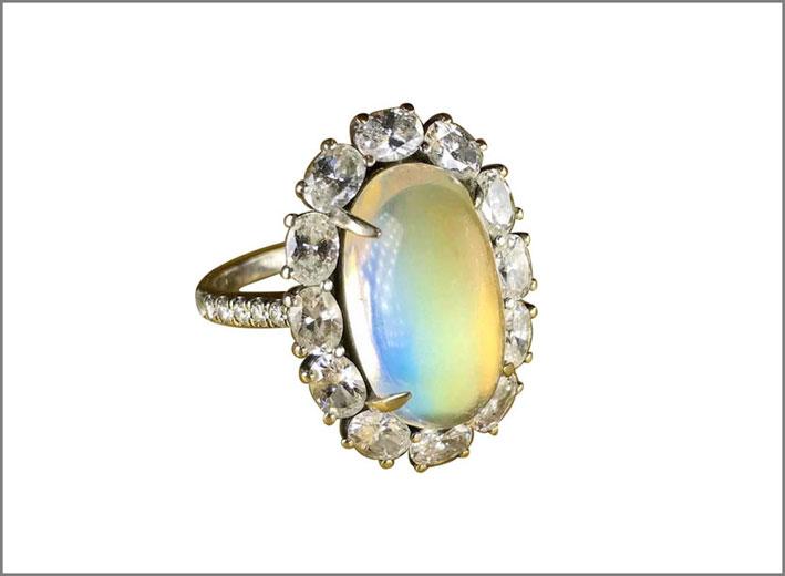 Anello con pietra luna arcobaleno e diamanti