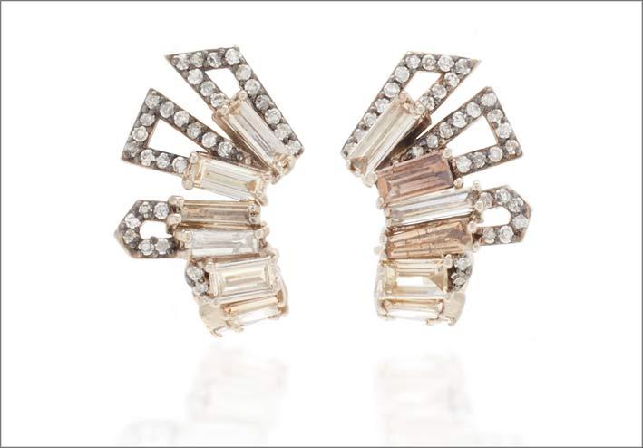 Orecchini a forma di elmetto romano, in oro e diamanti champagne e bianchi