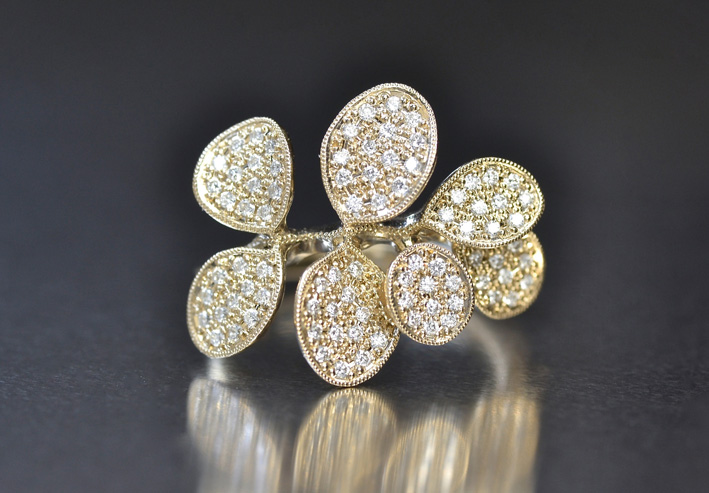Anello Wide Petals con diamanti. Prezzo: 5580 dollari