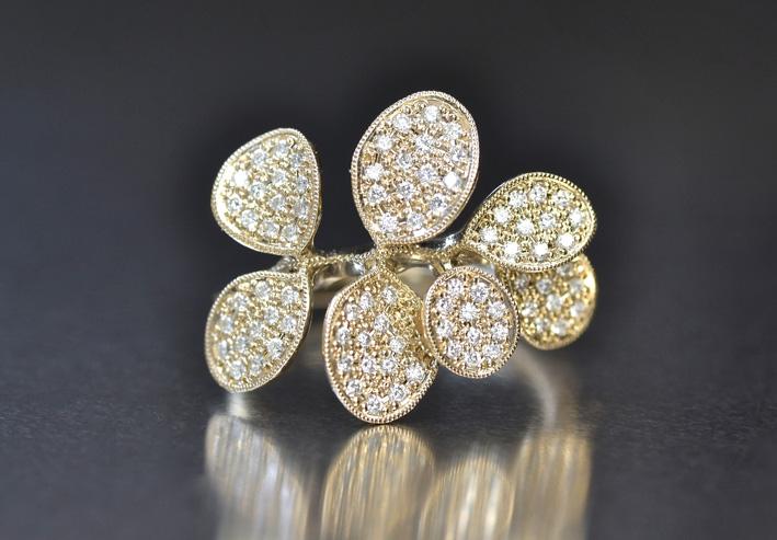 Anello Wide Petals con diamanti. Prezzo: 5580 dollari