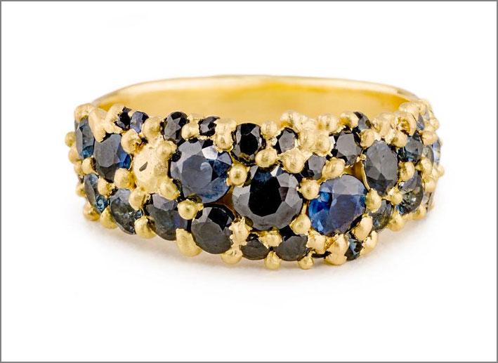 Anello in oro e zaffiri blu e neri