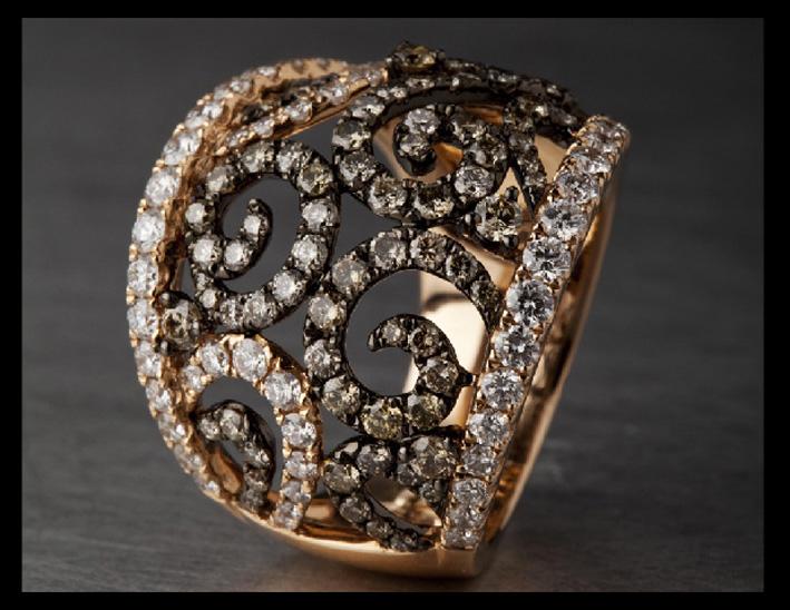 Anello in oro rosa con diamanti bianchi e brown