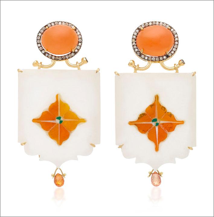 Orecchini in oro giallo, marmo, zaffiri arancio, pietra luna miele
