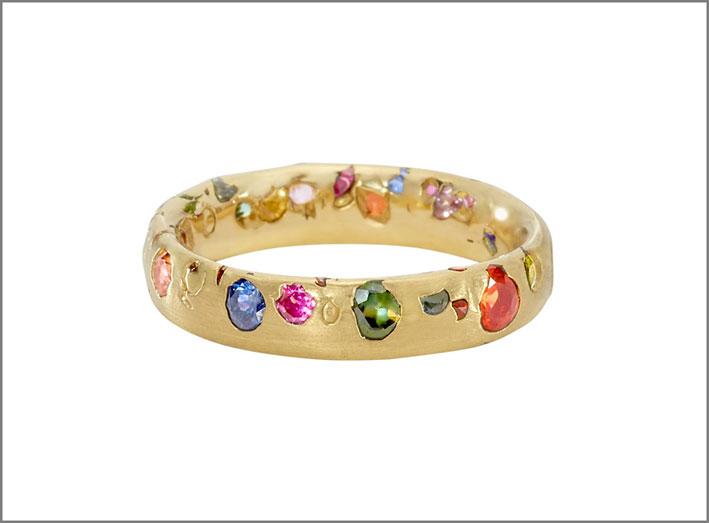 Anello in oro e zaffiri di diversi colori